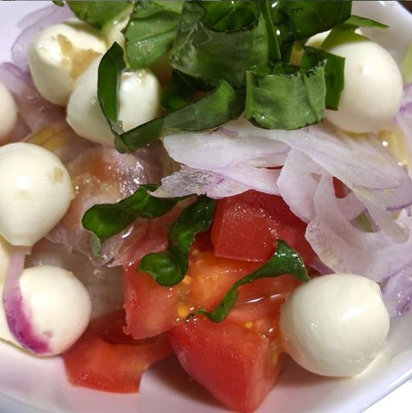 小さなモッツアレラとトマト🍅バジル、レタス、赤玉ねぎのサラダ