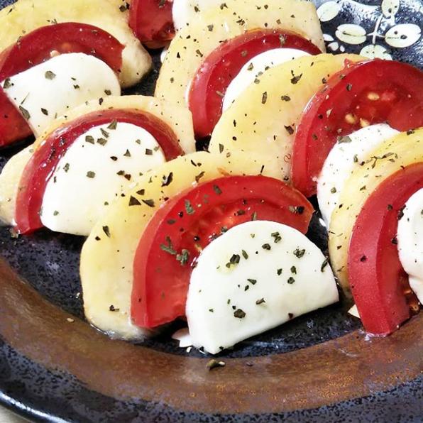 桃とトマトとモッツァレラチーズのカプレーゼ